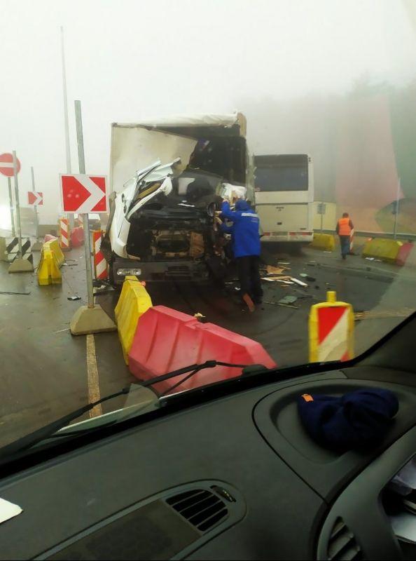 """На """"Тавриде"""" рейсовый автобус в тумане столкнулся с фурой"""