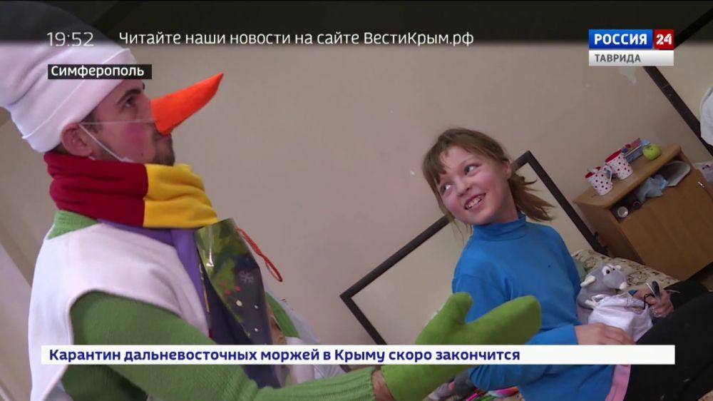 Подари чудо: волонтёры поделились новогодним настроением с пациентами детской больницы Крыма