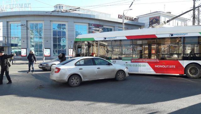 #Народнаясводка: в центре Симферополя ДТП произошло с троллейбусом