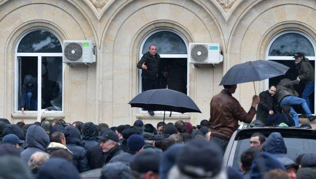 В Абхазии митингующие похитили оружие из администрации президента