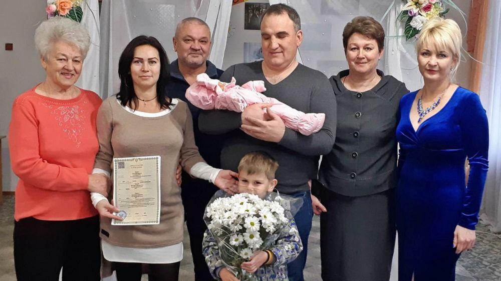 С начала года в Республике Крым выданы свидетельства о рождении родителям 335 детей