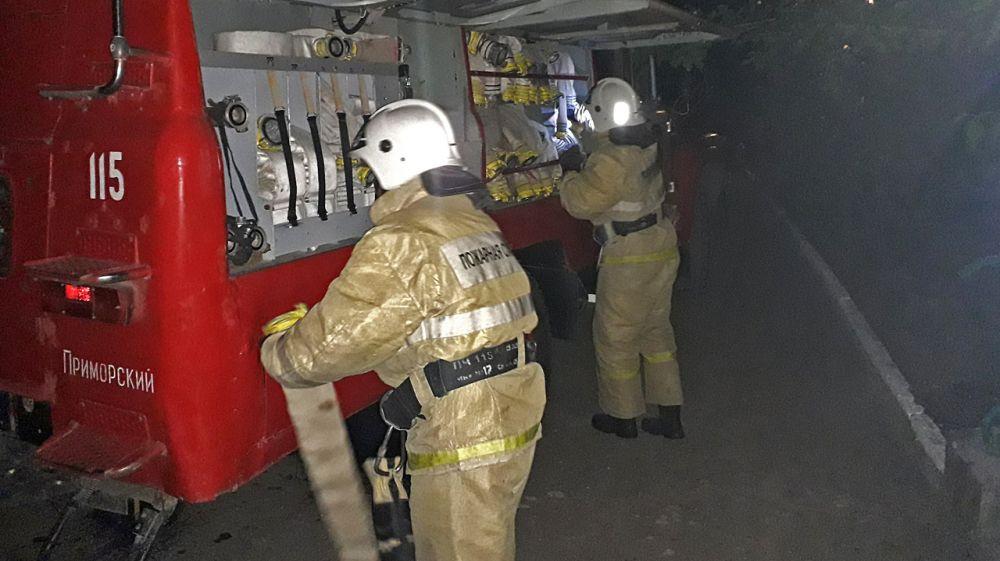 Спасатели эвакуировали людей при пожаре в поселке Приморский