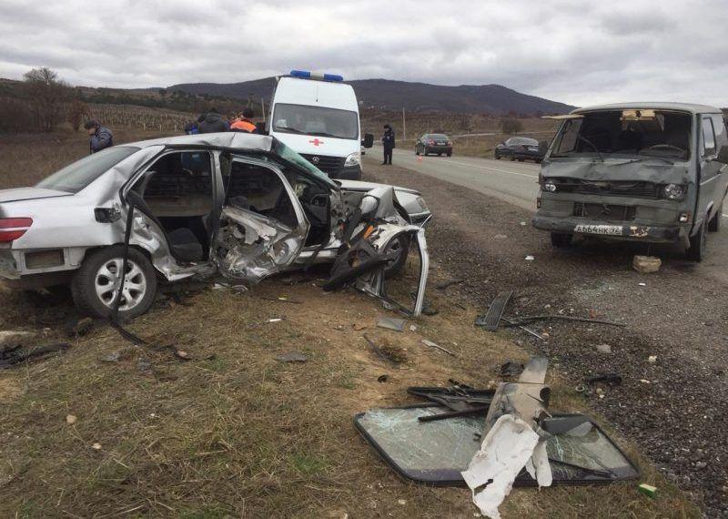 ДТП под Севастополем: столкнулись микроавтобус и легковушка