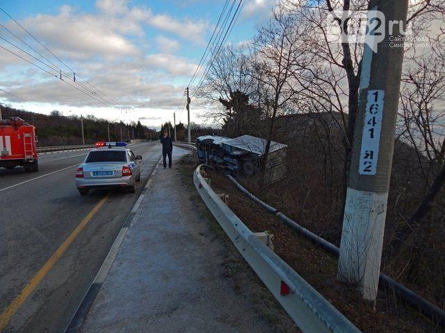 На трассе Симферополь-Ялта грузовик опрокинулся в кювет