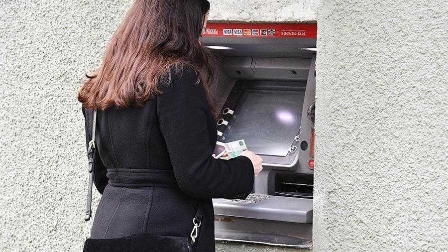 Россиянам посоветовали отказаться от уличных банкоматов