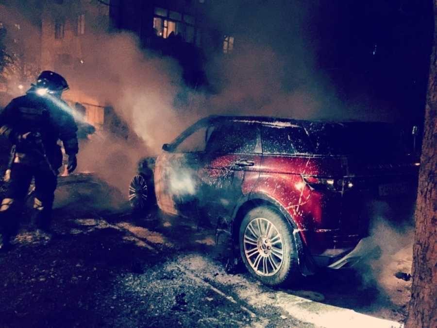 Ночью в Севастополе сгорел внедорожник