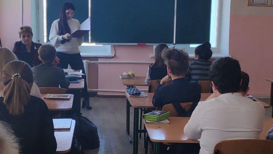 Сотрудники Минюста Крыма провели урок правового просвещения для учащихся симферопольской среднеобразовательной школы №13