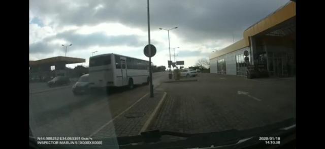 В Симферополе девушка за рулем Chrysler пошла «в лобовую» на автобус