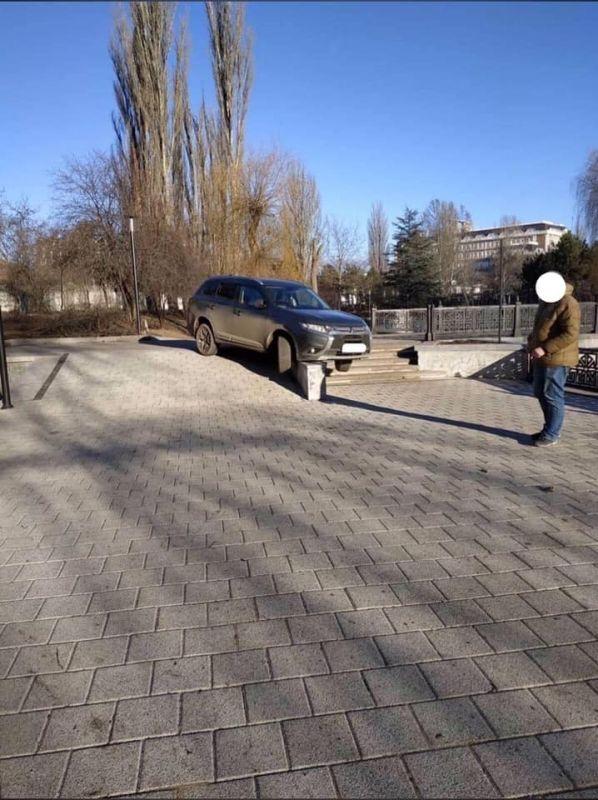 В Симферополе внедорожник застрял на пешеходном мосту