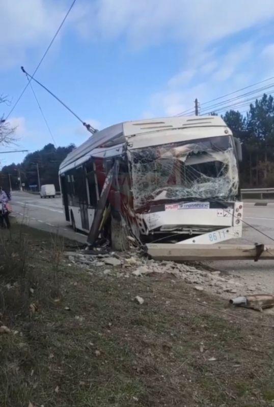 На трассе Ялта-Симферополь троллейбус врезался в столб