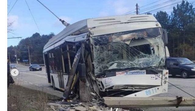 """Троллейбус """"снес"""" в столб на южнобережной трассе в Крыму – видео"""