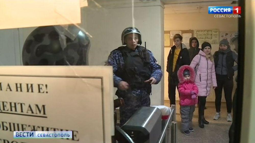 Жителей севастопольского общежития домой не пускает охрана