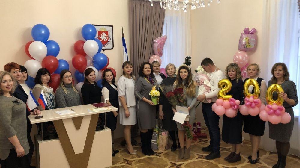 Отдел регистрации рождения города Симферополя провел торжественную регистрацию двухсотого новорожденного