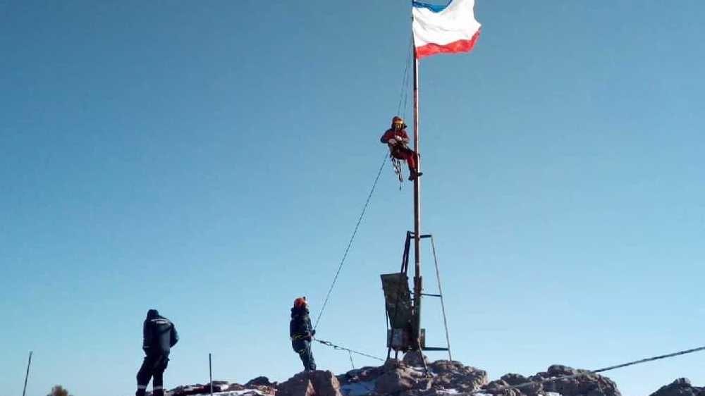 В честь Дня Республики Крым сотрудники «КРЫМ-СПАС» водрузили флаг на вершине горы Ай-Петри