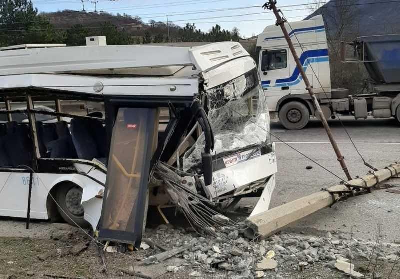 В Крыму на горной трассе на троллейбус напал столб – очевидцы