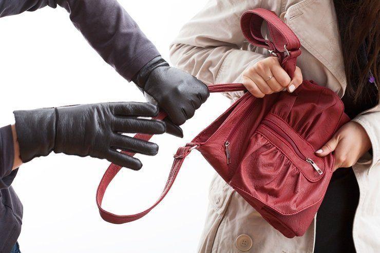 В Симферополе бездомный на улице ограбил пенсионерку