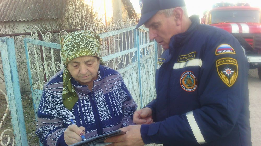 В отопительный период сотрудники ГКУ РК «Пожарная охрана Республики Крым» уделяют особое внимание профилактической работе с населением