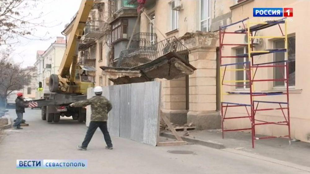 В Севастополе начали демонтировать аварийные балконы