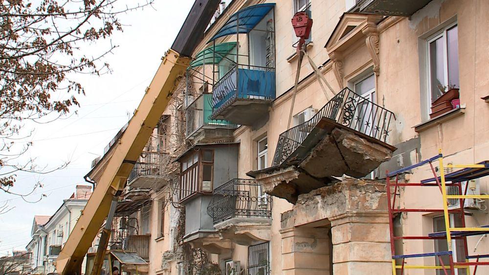 Дом в центре Севастополя лишился части колонн и балконов