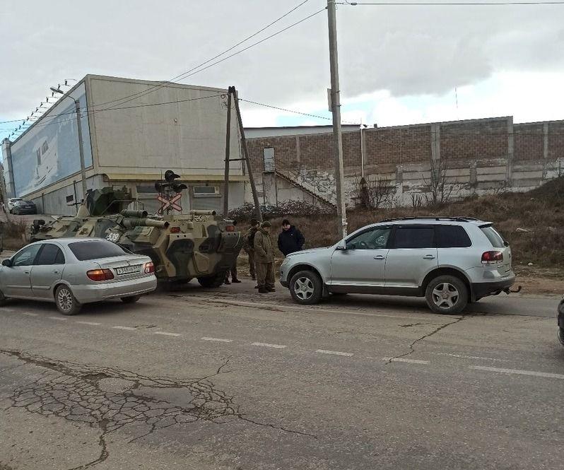 В Севастополе столкнулись БТР и немецкий кроссовер