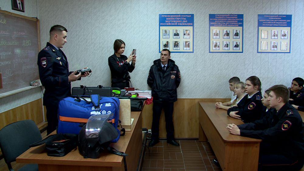 Севастопольских школьников научили пользоваться алкотестерами и радарами ГИБДД