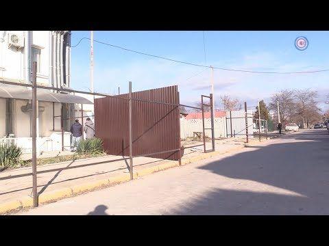 Строительство ветлечебницы вытеснило пешеходов с тротуара на проезжую часть