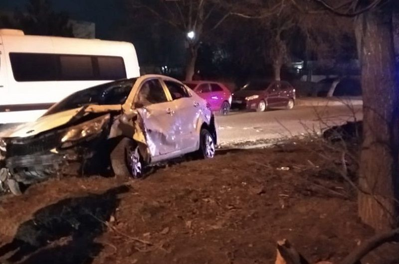 ДТП в Симферополе: «гонщика» остановили бордюр и дерево
