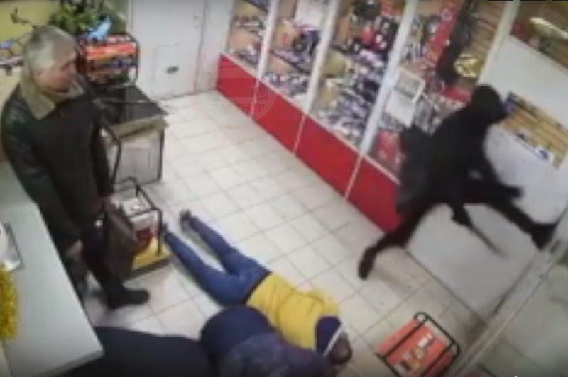 Фееричный разбойник не смог победить дверь магазина в Симферополе. Видео