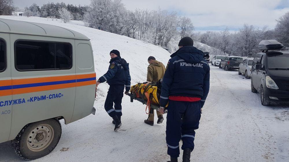 Крымские спасатели оказали помощь девушке, получившей травму во время зимнего катания