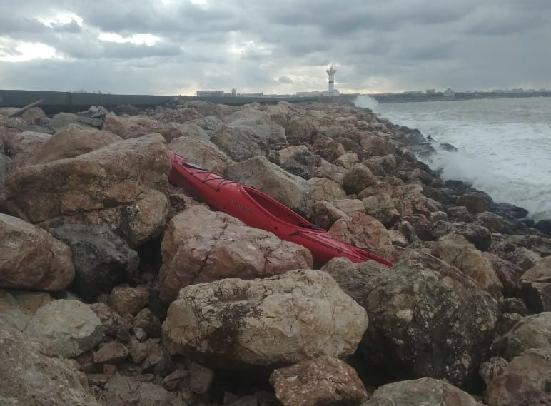 В Севастополе третьи сутки идут поиски пропавшего мужчины на каяке. Каяк нашли, но и только