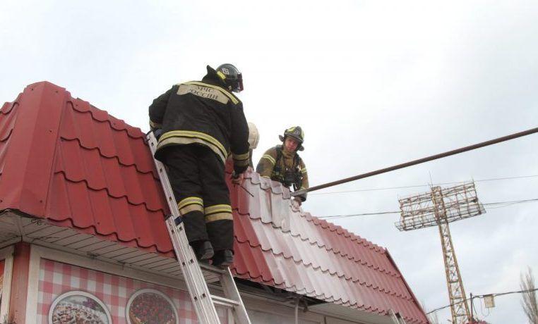 Пожар в Севастополе: в «пострадавших» — павильон на рынке «Чайка»