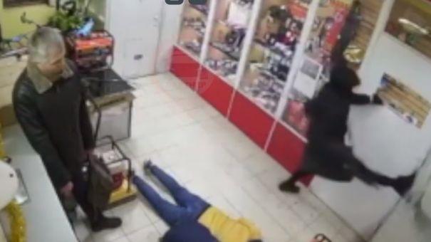 В Симферополе мужчина во время попытки ограбить магазин повредил ногу и убежал