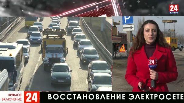 """Сотрудники """"Крымтроллейбуса"""" восстанавливают повреждённые электрические сети по пути в аэропорт"""