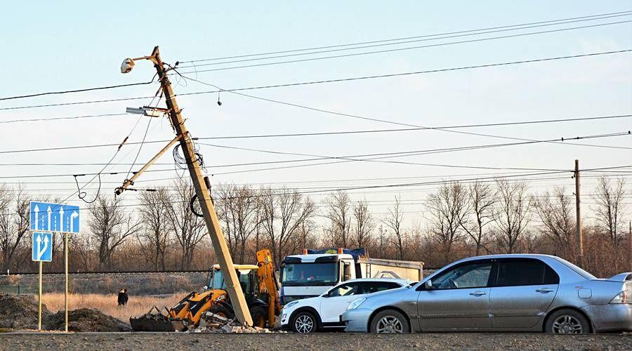 Грузовик снес электроопору на выезде из Симферополя