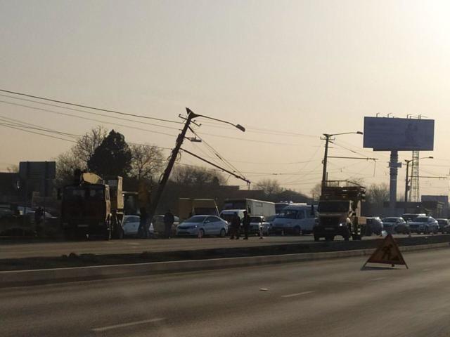 На Евпаторийском шоссе снесли столб: образовалась пробка