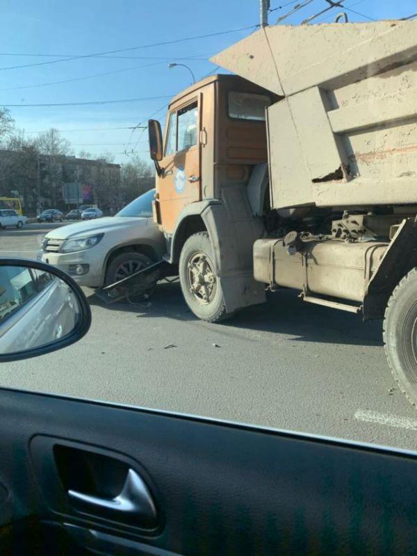 В Симферополе КамАЗ врезался в Volkswagen Tiguan