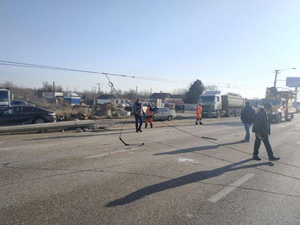 На Евпаторийском шоссе в Симферополе упал столб, спровоцировав огромную пробку