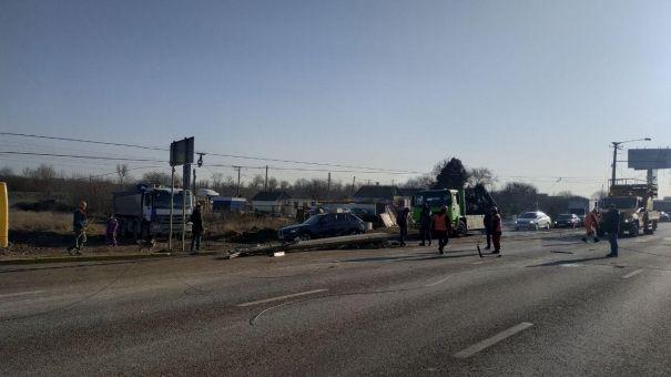 На Евпаторийском шоссе огромная пробка из-за провисшей троллейбусной опоры