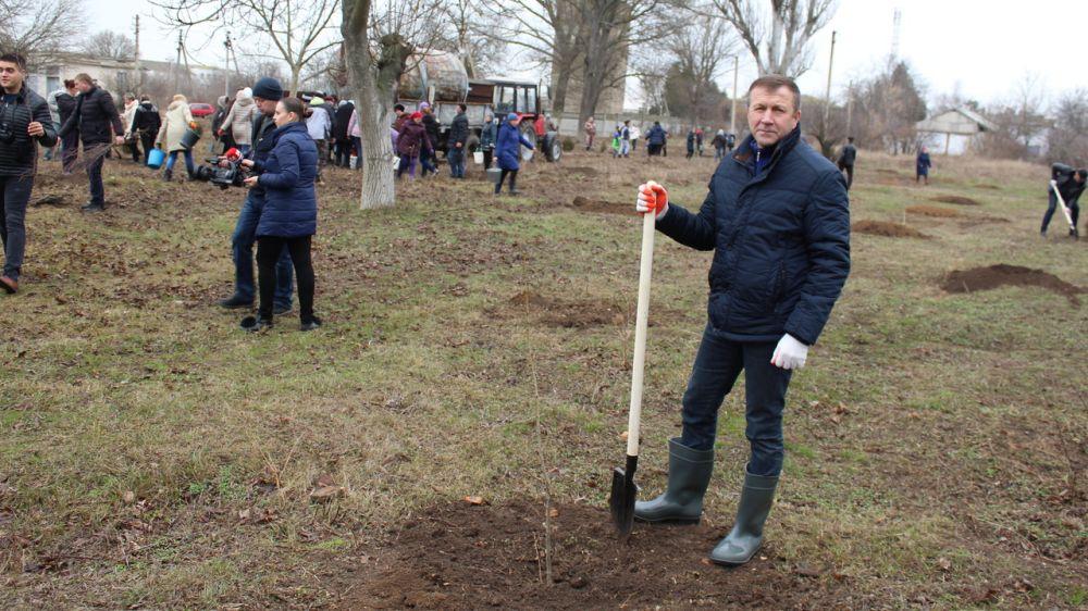 В с. Светлое Джанокойского района заложили новый парк возле братской могилы советских воинов