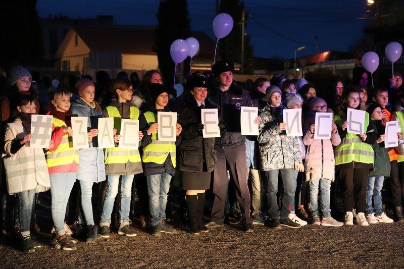 Флешмоб «Засветись, Севастополь» — 100 детей призвали пешеходов использовать световозвращающие элементы