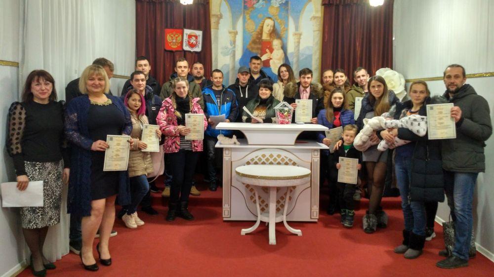 За две недели в Крыму отделы ЗАГС выдали 1 155 свидетельств о заключении брака и о регистрации рождения