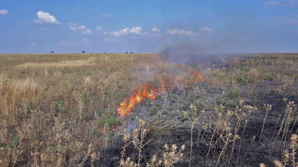 Пожарные ликвидировали возгорание сухой травы в Бахчисарайском районе