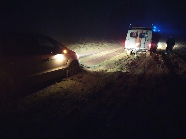 Спасательная операция в Черноморском районе: «из болота» тащили «Ford» с детьми на борту