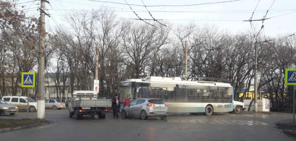 В Симферополе легковушка столкнулась с троллейбусом