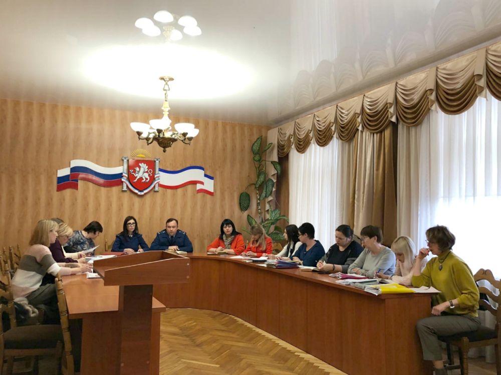 Прокуратура крымской столицы провела круглый стол для приемных родителей
