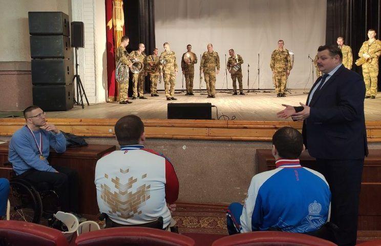 Военный оркестр севастопольского полка Росгвардии поздравил с победой пловцов-паралимпийцев