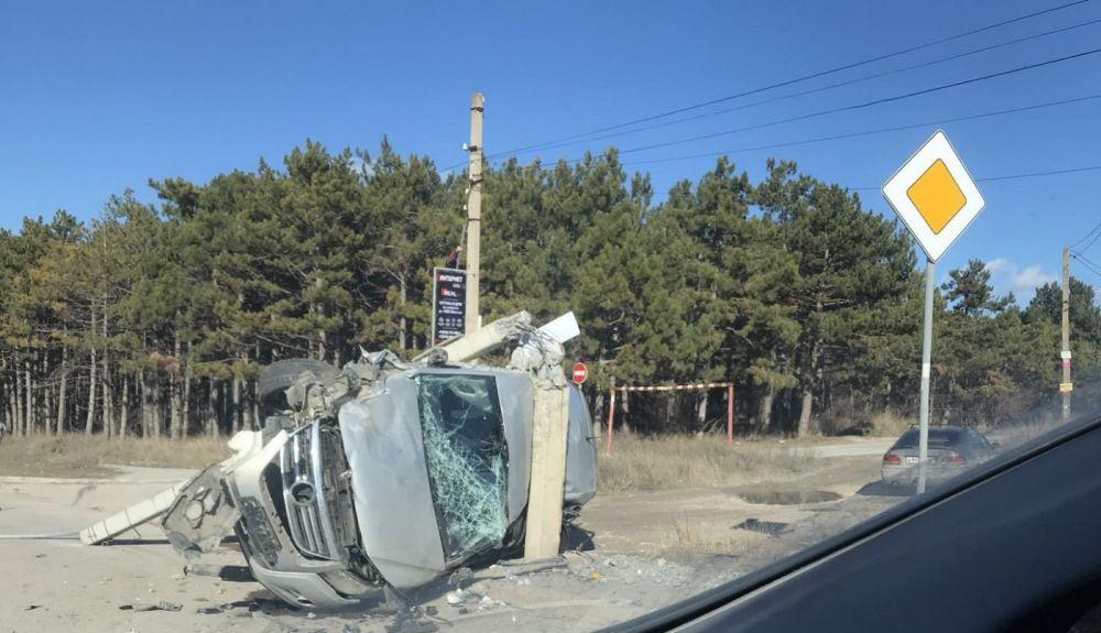 ДТП в Симферополе: машина переломила бетонный столб