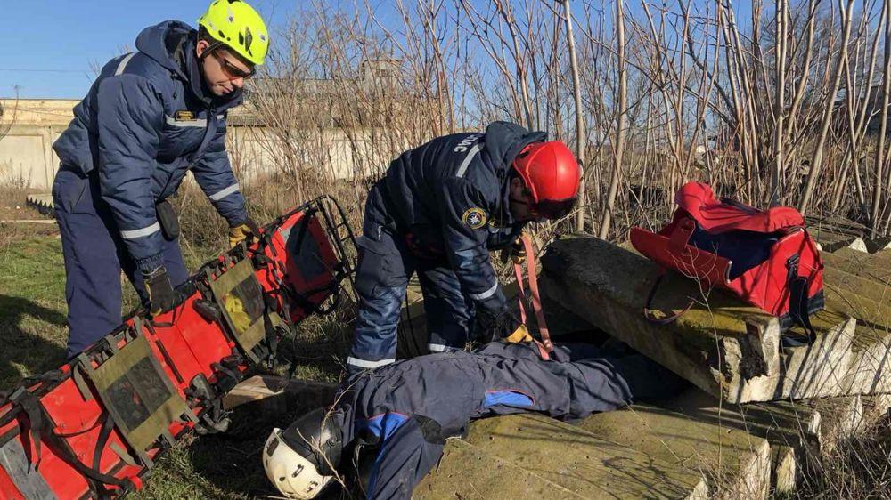 Спасатели Евпаторийского отряда «КРЫМ-СПАС» совершенствуют навыки работы с гидравлическим аварийно-спасательным инструментом