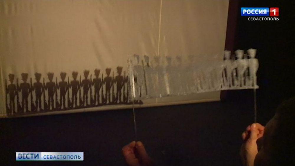 В спектакле «Стойкий оловянный солдатик» сыграли люди и тени