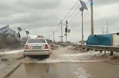 Волны смывают автомобили на крымской дороге, ФАКТ